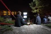 Poslední festivalový večer mohli diváci shlédnout vítězné krátké filmy na plovoucím plátně - na rybníku Svět