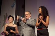 Patron festivalu, Karel Schwarzenberg, zkoumá obsah festivalové ceny - láhve s animovaným světem